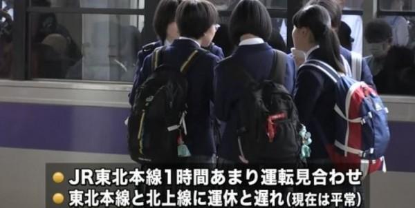 日本J貨物列車於岩手縣北上車站撞到穿著學生制服的男生,但警察到場後卻遍尋不著傷者人影。(圖擷自「鉄道事故関連ニュース」推特)