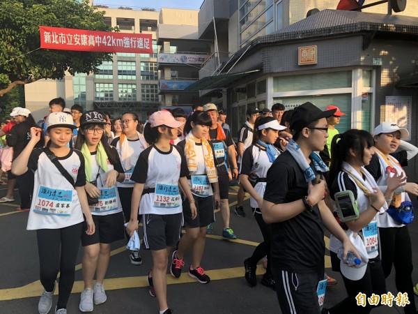 安康高中學生今天展開42公里的馬拉松或強行遠足活動。(記者翁聿煌攝)