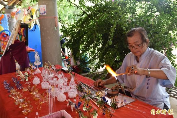 雲林縣街頭藝人徵選創意工藝類玻璃藝術創作。(記者黃淑莉攝)