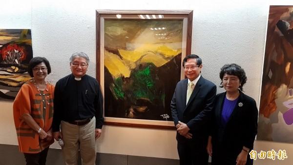趙振弍牧師(左二)致贈嘉義市長涂醒哲(右二)一幅取名為「天光」的畫作。(記者丁偉杰攝)