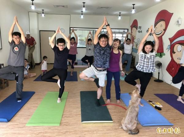 高雄市動保處開辦「狗狗瑜珈」。(記者葛祐豪攝)
