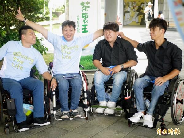 黃榆木(左二)現在是脊髓潛能發展中心訓練員,他已經連續3年參與白沙屯媽祖進香,今年推輪椅走了80公里!(記者簡惠茹攝)