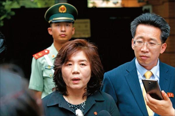 北韓官媒發布外交部次長崔善熙(圖中)的強硬批美談話,成為壓倒川金會的最後一根稻草。(美聯社檔案照)