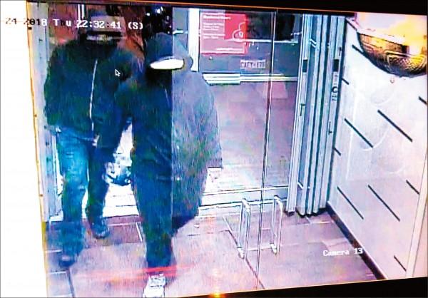 警方公布的監視畫面顯示,兩嫌準備走入餐廳,其中一人似乎手持爆裂物。(法新社)