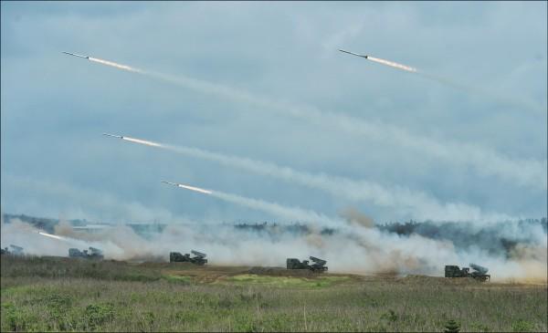 美國眾議院昨表決通過國防授權法案,要求美國國防部長與台灣諮商後提出一份總體評估,以強化並改革台灣軍力。圖為去年漢光演習,實兵、實彈演練。(資料照)