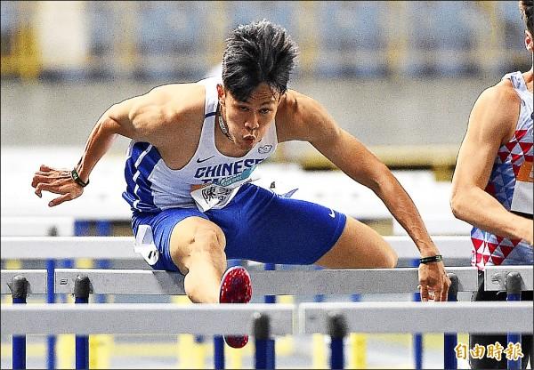 台灣國際田徑公開賽男子110公尺跨欄,陳奎儒13.49秒追平全國紀錄。(記者陳志曲攝)