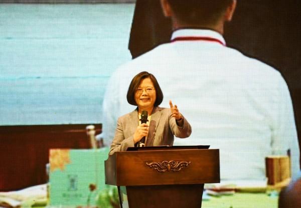 總統蔡英文今天出席中華民國屏東縣同鄉會代表大會,表示「只要台灣在國際上有突破,中國就越想打壓」。(中央社)
