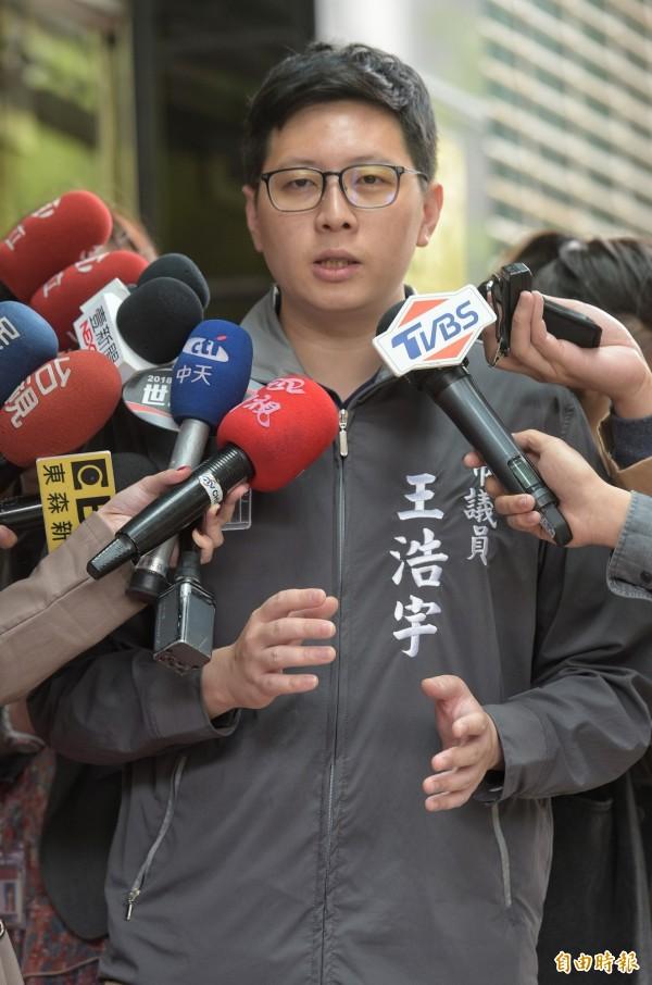 綠黨召集人、桃園市議員王浩宇批評,國民黨不譴責中國打壓我國外交空間,反而搞政治鬥爭批評政府,「我們都在同一條船上,難道你們不住在台灣?」(資料照)