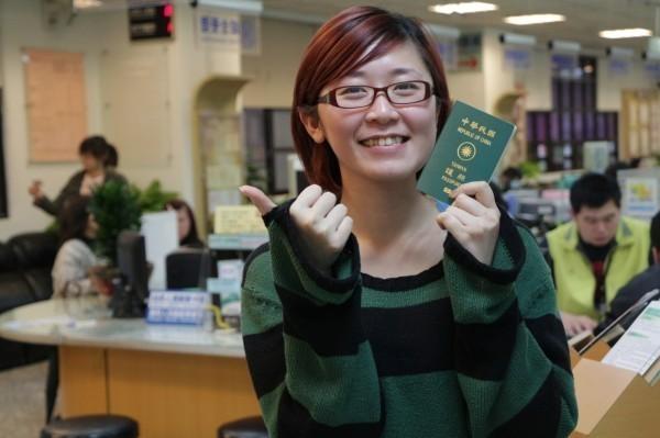 2018年護照指數,台灣護照排名上升5名至第26,可免簽進入148國或地區,中國只有70個免簽國、排名第68名。(資料照,新北市民政局提供)