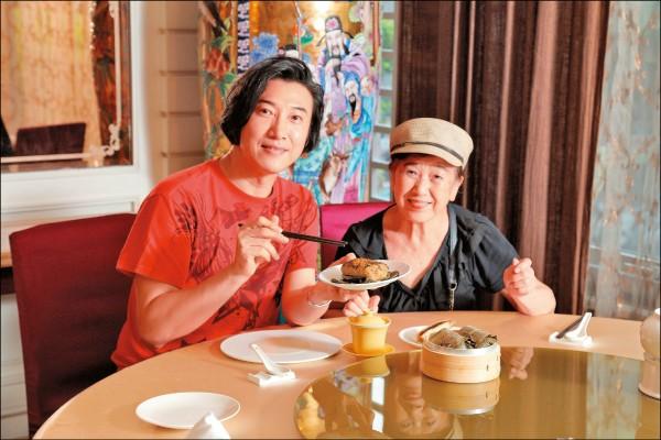 陳鴻與母親感情甚篤,從小也會跟著媽媽去賣菜,對於走上飲食節目主持人之路也有一定的關聯。(記者陳宇睿/攝影)