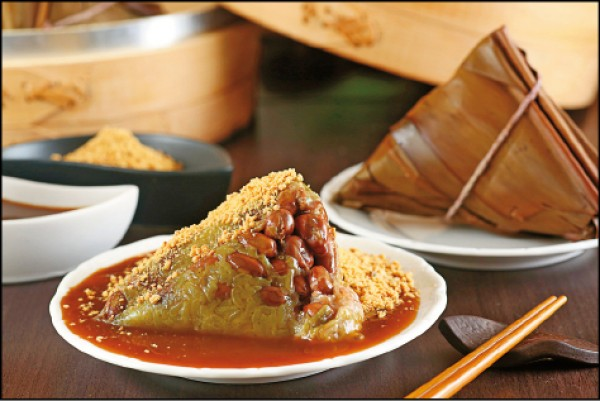 菜粽/30元(顆),周芬伶大大推薦劉家肉粽的菜粽,使用月桃葉、裡面餡料花生飽滿,是最接近她記憶中的好味道。(潘自強/攝影)