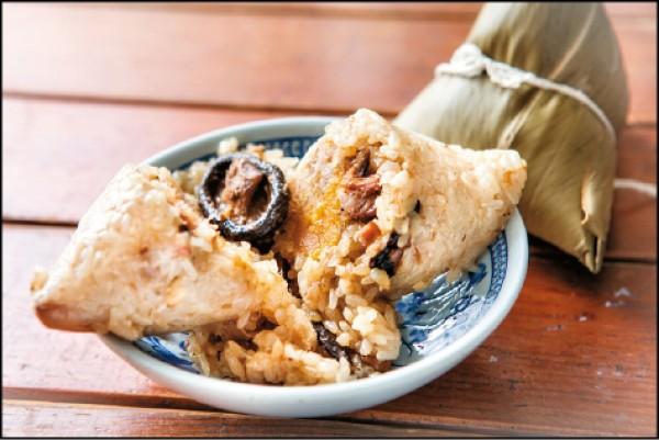 月桃肉粽/55元(顆),米工坊的肉粽選用台東池上的圓糯米生米,加上蝦米、香菇絲炒香,搭配整朵香菇、鹹蛋黃和滷香的豬前腿肉蒸熟。(juju photo/攝影)