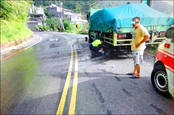 19歲黃姓騎士疑過彎自摔,連人帶車衝進對向貨車底,頭部遭輾身亡,他是今年北宜公路新北段車禍第7名亡者。(記者陳薏云翻攝)