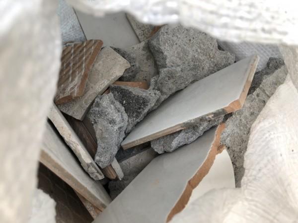 袋內裝著廢棄的水泥石塊及磁磚(記者吳昇儒翻攝)