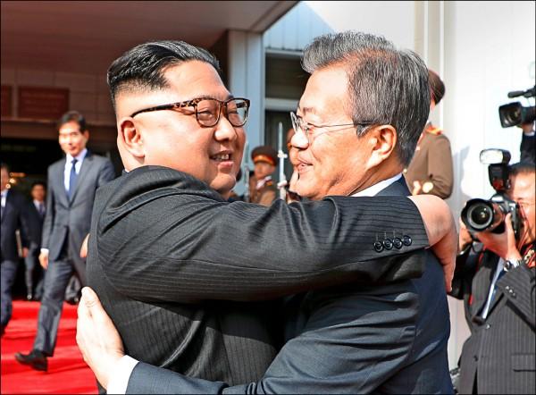 南韓總統文在寅(右)與北韓領導人金正恩廿六日二度會面時熱情擁抱。 (歐新社)
