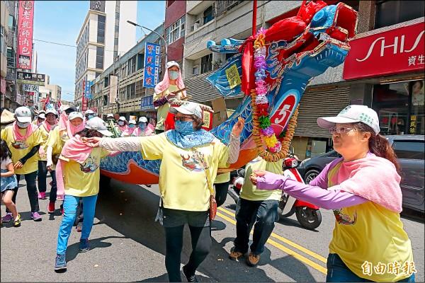 鹿港龍王祭「陸上行舟」,最受歡迎的是龍舟龍頭上所掛一長串的「花餅」。(記者劉曉欣攝)