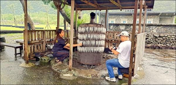 鐵桶隔火慢烘為宜蘭東岳地區泰雅族人獨特的飛魚處理方式。(謝昌國提供)