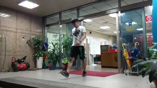 昨凌晨在信義區夜店刺人的21歲王姓男子深夜主動向警方投案。(記者姚岳宏翻攝)