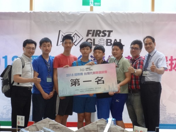 2018FGC台灣區選拔賽首度舉辦,由三民國中、曙光國中、亞太美國學校及荷蘭國際學校所組成的聯隊「食袋的力量」隊伍獲得冠軍。該隊8月中將可前往墨西哥參加總決賽。(明新科大提供)