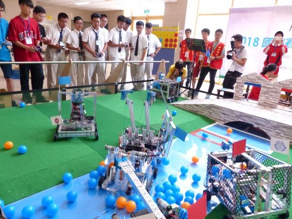 2018 First Global Challenge (FGC)國際賽台灣區的選拔賽,共有10支高中職及國中學生組成的隊伍,齊聚明新科技大學互尬技術。(明新科大提供)