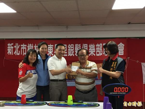 侯友宜(中)被問到民進黨推出姚文智出戰台北市長,他認為,姚到底能否站上投手丘還要再看看。(記者邱書昱攝)