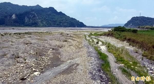 久旱未雨,濁水溪供應集集攔河堰的部分河床嚴重裸露,呈現荒漠沙洲般景象。(記者謝介裕攝)