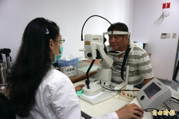 醫師提醒,一旦視力突然一片黑或模糊,就要盡快就醫檢查,情境照,圖中人物與本文無關。(記者蔡淑媛攝)