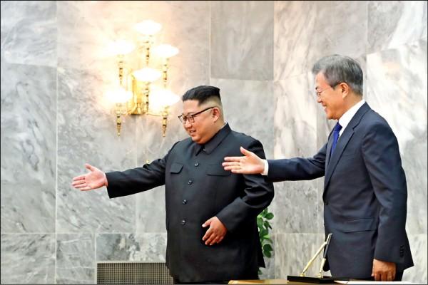南韓總統文在寅(右)和北韓領袖金正恩(左),廿六日在板門店北韓轄區統一閣二度會晤,雙方確認下月十二日「川金會」必要性。(歐新社)