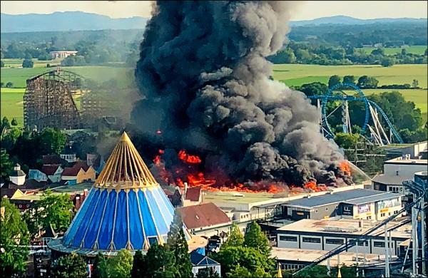 位於德國西南部與法國邊界的德國最大主題樂園「魯斯特歐洲公園」,一座倉庫在26日傍晚突然失火。(法新社)