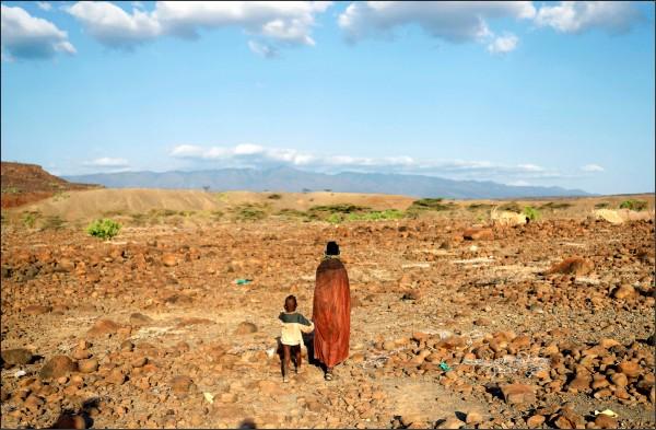 乾旱國家可望利用最新科技,直接從空氣中「收穫」水資源。圖為肯亞一對母子。(路透檔案照)