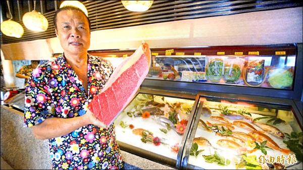 蕭受發挑魚有一套,提供最新鮮的漁獲給顧客,手上就是明星魚種黑鮪魚的三角腹肉。(記者陳彥廷攝)
