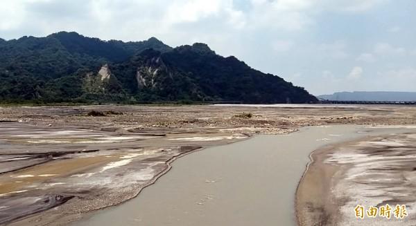 久旱未雨,濁水溪供應集集攔河堰的部分河道嚴重縮減,繼之而起的是溪底沙洲浮現的奇觀。(記者謝介裕攝)