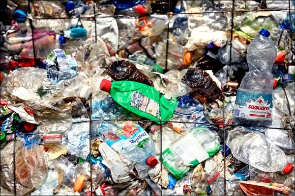 歐盟執委會二十八日提案禁止吸管、棉花棒等一次性使用塑膠製品。圖為德國ALBA集團柏林回收場的塑膠垃圾。(歐新社檔案照)