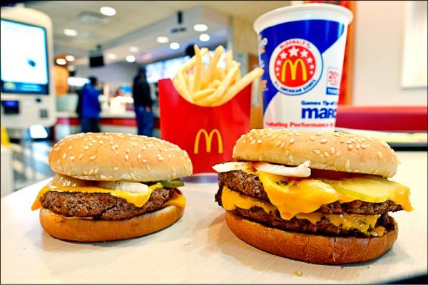 麥當勞的四盎司牛肉堡(左)與雙層四盎司牛肉堡中的起司,近期成為美國一起消費者訴訟的導火線。(美聯社檔案照)