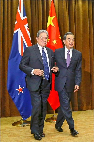 紐西蘭政壇被爆與中共關係密切,可能影響其「五眼」情報聯盟的成員資格。圖為紐國外長皮特斯(左)二十五日在北京會見中國外交部長王毅。(歐新社檔案照)