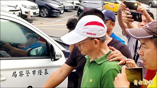秦男被警方帶回偵訊。(記者吳昇儒攝)