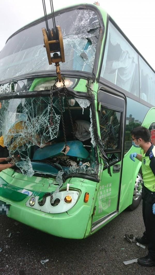 今天上午9點多,統聯客運車在中山高北上89.9K湖口路段中間車道追撞大貨車。(記者廖雪茹翻攝)