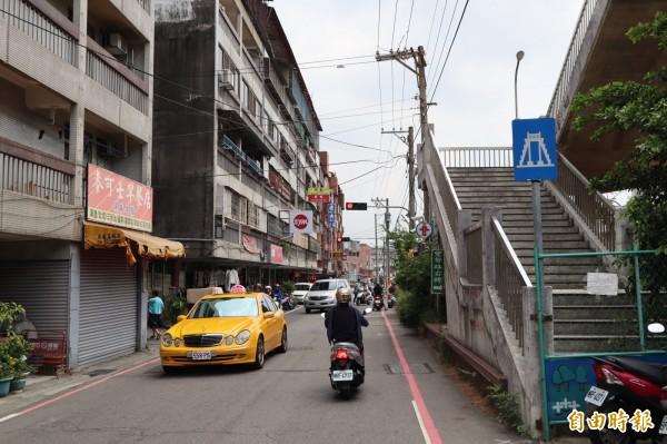 豐原區東北街機汽車往來頻繁,但道路狹窄僅六米。(記者歐素美攝)