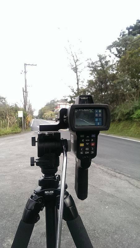 新店警方使用4支移動式測速照相機。(記者陳薏云翻攝)