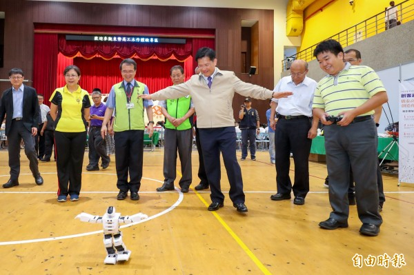 台中市長林佳龍出席東勢高工創客嘉年華,跟著機器人一起作動作。(記者歐素美攝)