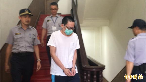 殺害「小燈泡」的王景玉今天出庭。(記者張文川攝)
