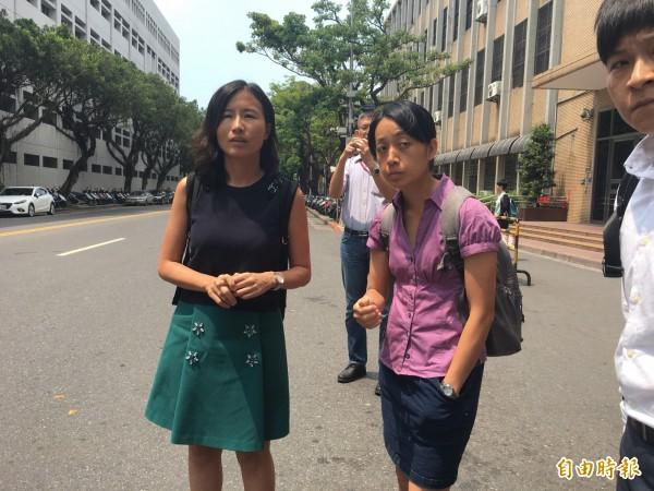 「小燈泡」的母親王婉諭(右)到高等法院出庭。(記者張文川攝)