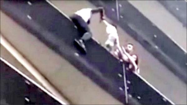 二十二歲的法國馬利裔移民賈薩瑪(Mamoudou Gassama)二十七日成為國民英雄,因為他在晚間行經巴黎一棟建築時,看到一名四歲幼童懸掛在陽台上,他毫不猶豫地在短短三十秒內徒手爬了四層樓,營救該名險些墜樓的幼童。(取自網路)