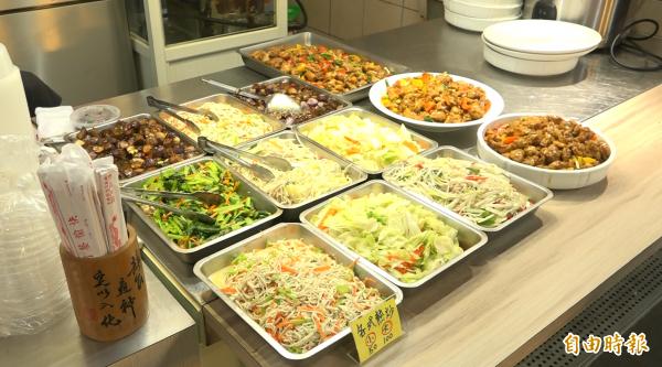 每早凌晨5點起床,只為了提供客人多樣化又新鮮的菜色。(記者張家寶攝)