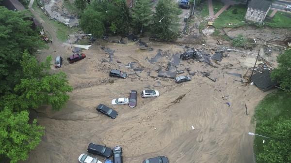 美國馬里蘭州的埃利科特城老城區,27日降下暴雨,洪水流入街上肆虐,許多車輛直接被滾滾洪水帶走。(美聯社)