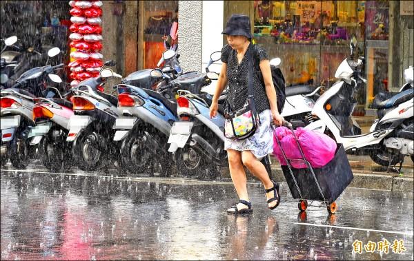 雙北昨降下又急又大的雷陣雨,沒帶雨具的民眾淋成落湯雞。(記者劉信德攝)