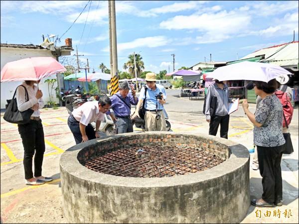 文資委員會勘欣欣市場旁一口百年古井。(記者蘇福男攝)