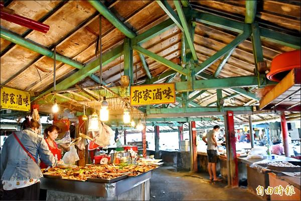 岡山欣欣市場的木結構桁架充滿懷舊氣息。(記者蘇福男攝)
