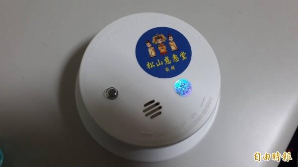 熱心的民間團體捐贈住警器給消防局,供需要的民眾申請使用。(記者吳昇儒攝)