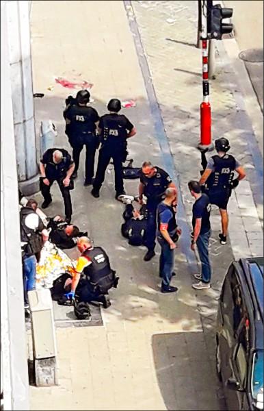 圖為特警部隊在據信為行兇男子陳屍處調查。該名男子行兇動機未明,但警方消息指他犯案前曾大喊「真主至大」,當局已將此案視為恐怖攻擊處理。(路透)